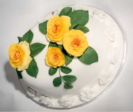 Cake with yellow Roses.